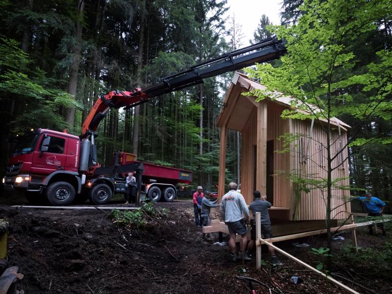 Die Idee von Architekt Balthasar Hechenbichler eine Kapelle zum Andenken an seinen Vater zu errichten wird hier in einzelnen Schritten dokumentiert. Von der Planung über die Baumfällung und Holzbearbeitung bis zur Errichtung. Die Kapelle wurde am 22. Juli 2017 eingeweiht.