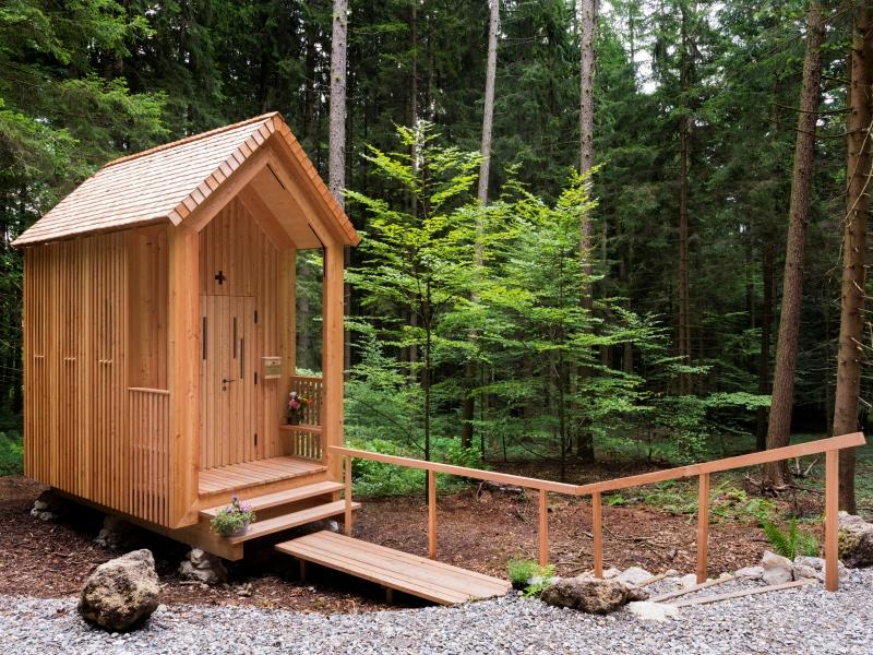 Die Idee von Architekt Balthasar Hechenbichler eine Kapelle zum Andenken an seinen Vater zu errichten wird hier in einzelnen Schritten dokumentiert. Von der Planung über die Baumfällung und Holzbearbeitung bis zur Errichtung. Die St. Balthasar Kapelle wurde am 22. Juli 2017 eingeweiht.