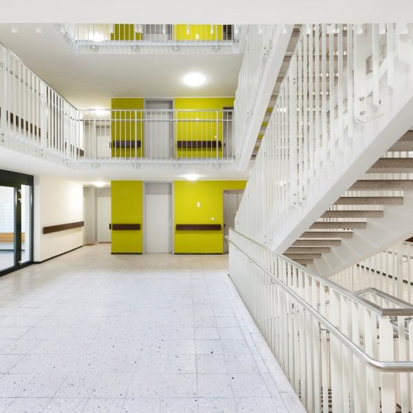Sanierung Fischer-von-Erlach Straße 25, München.  Bauträger GEWOFAG Müchen, Bauleitung Atrchitekturbüro Hechenbichler, München. Sanierung außen, Betonsanierung, Treppenhaus, Anstriche